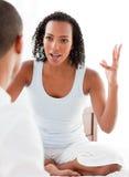 Plan rapproché d'un couple fâché ayant un argument photos stock
