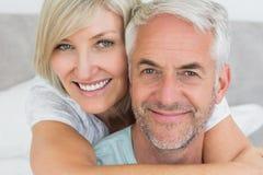 Plan rapproché d'un couple mûr affectueux dans le lit Photographie stock libre de droits