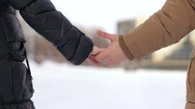 Plan rapproché d'un couple tenant des mains clips vidéos