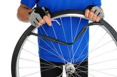 Pneu crevé de fixation de cycliste images libres de droits