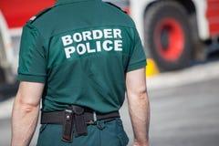 Plan rapproché d'un dirigeant de la police des frontières Photo libre de droits
