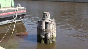 Plan rapproché d'un dock dans le fleuve Delaware banque de vidéos