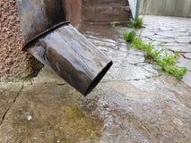 Plan rapproché d'un drain et d'un plancher humide d'une cour rurale images libres de droits