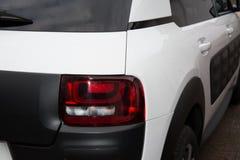 Plan rapproché d'un feu arrière sur une voiture blanche et noire Image libre de droits