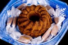 Plan rapproché d'un gâteau et des caramels de vacances Image libre de droits