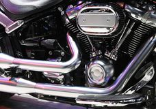 Plan rapproché d'un grand moteur brillant de moto images libres de droits