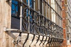 Plan rapproché d'un gril en métal sur une fenêtre d'un bâtiment Photo libre de droits
