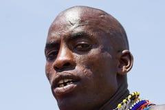 Plan rapproché d'un guerrier de masai regardant dans l'appareil-photo Image stock