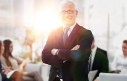 Plan rapproché d'un homme d'affaires supérieur de sourire sur le fond du bureau Photographie stock libre de droits