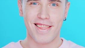 Plan rapproché d'un homme avec des émotions positives banque de vidéos