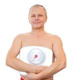 Plan rapproché d'un homme avec l'échelle de poids Image stock