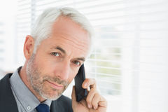 Plan rapproché d'un homme d'affaires mûr sérieux utilisant le téléphone portable Photographie stock