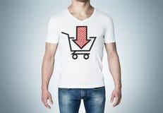 Plan rapproché d'un homme dans un T-shirt blanc avec un croquis de rouge de la flèche vers le bas et du panier Photographie stock libre de droits