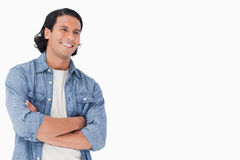 Plan rapproché d'un homme de sourire croisant ses bras Photo stock