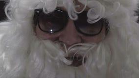 Plan rapproché d'un homme plus âgé Visage d'acteur dans le costume de Santa banque de vidéos