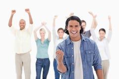 Plan rapproché d'un homme serrant sa main avec des personnes soulevant leur a Photographie stock libre de droits