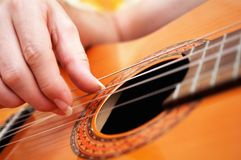 Plan rapproché d'un jeu de guitariste Photos stock