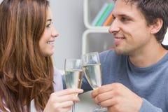 Plan rapproché d'un jeune couple de sourire grillant des cannelures photographie stock libre de droits