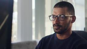 Plan rapproché d'un jeune homme d'affaires africain à l'aide de l'ordinateur banque de vidéos
