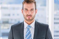 Plan rapproché d'un jeune homme d'affaires beau images libres de droits