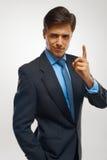 Plan rapproché d'un jeune homme d'affaires montrant des nombres un photos stock