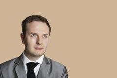 Plan rapproché d'un jeune homme d'affaires regardant loin Image libre de droits