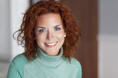 Plan rapproché d'un joli sourire de femme Images stock