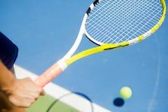 Plan rapproché d'un joueur tenant la raquette réchauffant Photos libres de droits