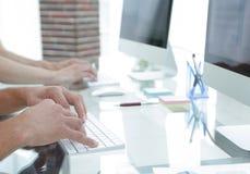 Plan rapproché d'un lieu de travail avec un ordinateur dans un bureau moderne Photos stock