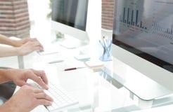 Plan rapproché d'un lieu de travail avec un ordinateur dans un bureau moderne Images libres de droits