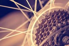 Plan rapproché d'un mécanisme de vitesses de bicyclette sur la roue arrière Photo libre de droits