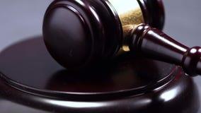 Plan rapproché d'un marteau en bois d'un juge Or Auction Knocks sur une surface en bois clips vidéos
