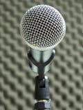 Plan rapproché d'un microphone vocal dynamique Fond brouillé de mousse acoustique photos libres de droits