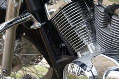 Plan rapproché d'un moteur de moto, vue des cylindres argentés Photos stock