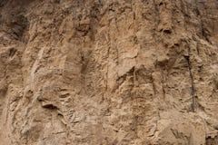 Plan rapproché d'un mur glaiseux de ravin comme fond environnemental de texture Photos stock