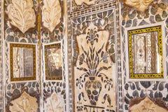 Plan rapproché d'un mur richement décoré dans le fort ambre à Jaipur Photo stock