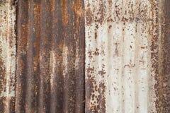 Plan rapproché d'un mur rouillé et ondulé Image stock