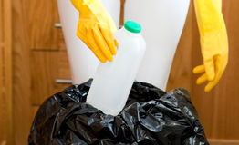 Plan rapproché d'un nettoyage mignon de femme au foyer Images stock