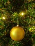 Plan rapproché d'un ornement brillant de boule d'or sur l'arbre de Noël, photo verticale image stock