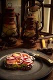 Plan rapproché d'un petit déjeuner allemand classique au travail Images stock