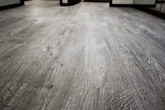 Plan rapproché d'un plancher en stratifié en bois dans une nouvelle maison Images stock