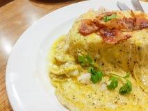 plan rapproché d'un plat avec tortilla de patatas typique, o espagnol Images libres de droits