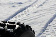Plan rapproché d'un pneu et de lui d'ATV voies du ` s Photos stock