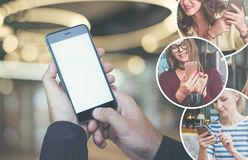 Plan rapproché d'un smartphone avec un écran vide dans des mains masculines Doigt masculin sur le bouton de l'instrument Photo stock