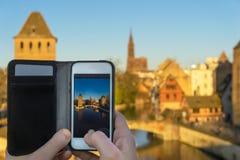 Plan rapproché d'un smartphone utilisé pour prendre une photo image stock