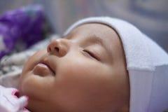 Plan rapproché d'un sommeil infantile indien de bébé photographie stock libre de droits