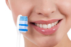 Plan rapproché d'un sourire de femme de yougn avec la brosse à dents Images stock