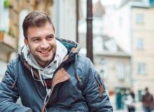 Plan rapproché d'un sourire de jeune homme Type joyeux riant Image libre de droits