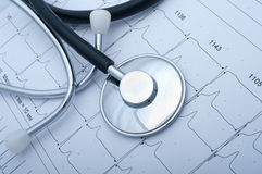 Plan rapproché d'un stetoscope et d'un ecg Images stock