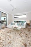 Plan rapproché d'un tapis de fourrure sur le plancher en bois dans le roo vivant moderne Photos stock